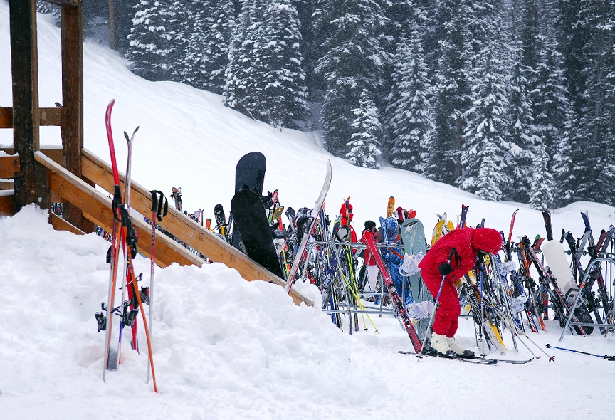 Sniegs un slēpes